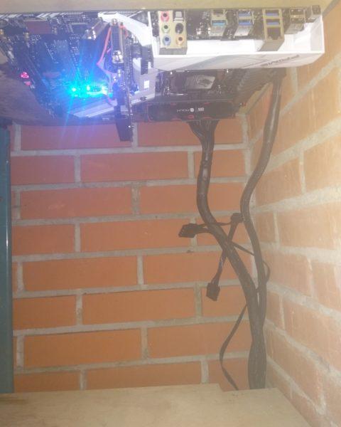 Zobacz plyta komputera podwieszona pod akwarium 480x600 - Chłodzenie komputera wodą z akwarium